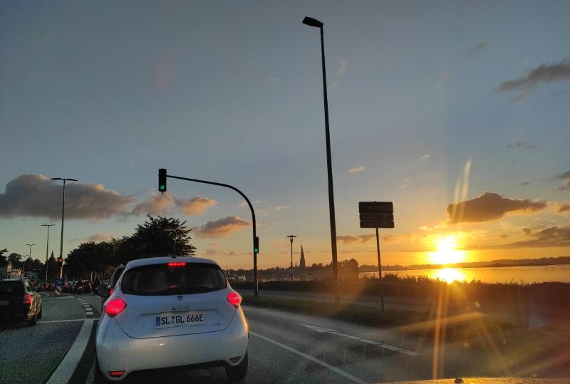 Sonnenaufgang Sonnenenergie Auto Elektroauto Stromauto Erneuerbare Energien